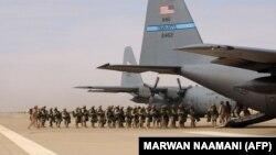 نیروهای ارتش آمریکا در سال ۲۰۰۴ در حال سوار شدن در هواپیمای سی-۱۳۰ در پایگاه الاسد