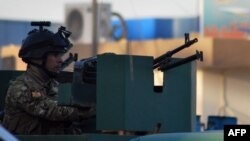 رجل أمن عراقي في نقطة حراسة مقر قيادة الشرطة في الفلوجة