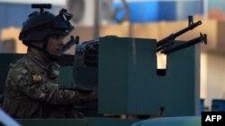 أحد عناصر القوى الأمنية في محيط قيادة شرطة الفلوجة