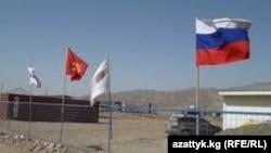 «Қамбар-Ата-1» су электр станциясы құрылысы басындағы Ресей және Қырғызстан тулары. Қырғызстан, 30 қыркүйек 2013 жыл. (Көрнекі сурет.)