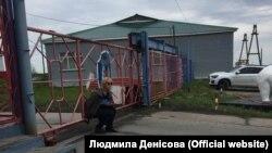 Уповноважена Верховної Ради України Людмила Денісова чекає на дозвіл відвідати Олега Сенцова перед воротами колонії в місті Лабитнангі, Росія, 28 червня 2018 року