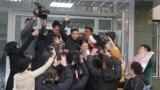 Приговоренный к году ограничения свободы за «участие» в ДВК Ануар Аширалиев у здания суда. Алматы, 19 ноября 2019 года.