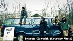 گروه ایندی راک «یلو داگز» سال ۲۰۰۶ در تهران شکل گرفت. این گروه یکی از سوژههای فیلم «کسی از گربههای ایرانی خبر ندارد» اثر بهمن قبادی بود.
