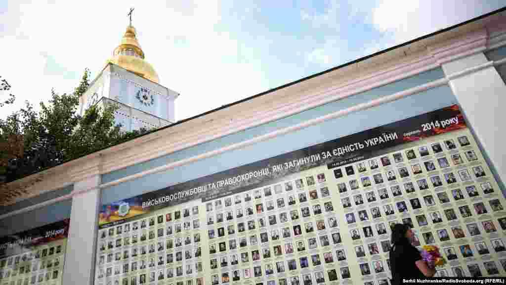 Портрети військових які загинули у збитому Іл-76 на Стіни пам'яті Свято-Михайлівського Золотоверхого собору
