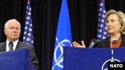 Robert M. Gates și Hillary Rodham Clinton