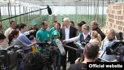 Predsednik Boris Tadić u poseti poljoprivrednoj zadruzi Zelena bašta u selu Saraorci kod Smedereva (Foto servis DS)