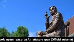 Екатерина Рождественская возлагает цветы к памятнику отцу