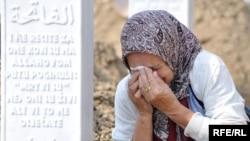 Сребреницадагы көрүстөнгө жакындарын жоготкон миңдеген адамдар чогулду