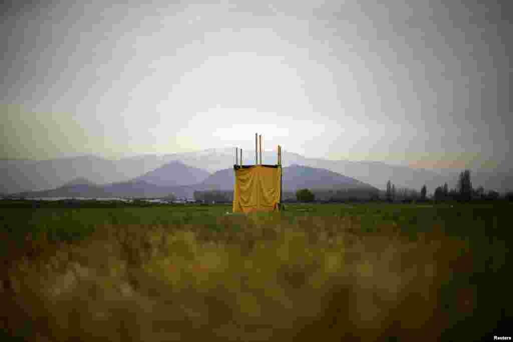 Прыбіральня ў чыстым полі на ўскрайку Сант'яга, Чылі