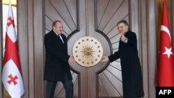 По мнению экспертjd, некоторое напряжение в грузино-турецких отношениях является следствием недоразумения: проект Баку–Ахалкалаки–Карс несомненно будет реализован, и грузинская сторона не будет с этим затягивать