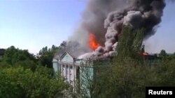 Горящий дом культуры в Донецке