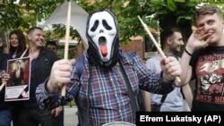 Людина в масці під час акції проти маршу до 9 травня