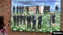 رسانهها و خبرگزاریها موضوع سوریه را «سایهای اختلافانگیز» در این نشست عنوان کردهاند (در تصویر: یک توریست با اثری از الکسی سرگینکو، هنرمند روس، در مورد نشست گروه ۲۰ در روسیه، عکس میگیرد)