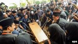 """Родственники жертв потерпевшего крушение """"Боинга-777"""" на траурной церемонии в Малайзии"""