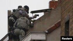Штурм дома во время розыска важного подозреваемого в причастности к нападениям в Париже. Коммуна Моленбек под Брюсселем, 16 ноября 2015 года