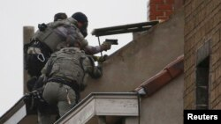 Բելգիա - Ոստիկանները Բրյուսելի արվարձաններից մեկում օպերատիվ գործողության ժամանակ, 16-ը նոյեմբերի, 2015թ․