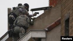 Штурм будинку під час розшуку важливого підозрюваного у причетності до нападів у Парижі. Комуна Моленбек, що неподалік від Брюсселя. 16 листопада 2015 року