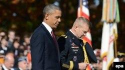 АҚШ президенти Барак Обама Фахрийлар куни муносабати ўтказилган маросимда, Вашингтон, 2013 йилнинг 11 ноябри.
