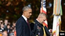 Президент США Барак Обама возлагает венок у могилы Неизвестных на Арлингтонском мемориальном кладбище