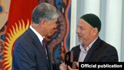 Қирғизистон президенти Aлмaзбек Aтaмбaев 2010 йили рўй берган миллaтлaрaро низода бошқа миллат вакилларини қутқариб қолганларни мукофотламоқда. 10 июнь 2015 йил, Бишкек.