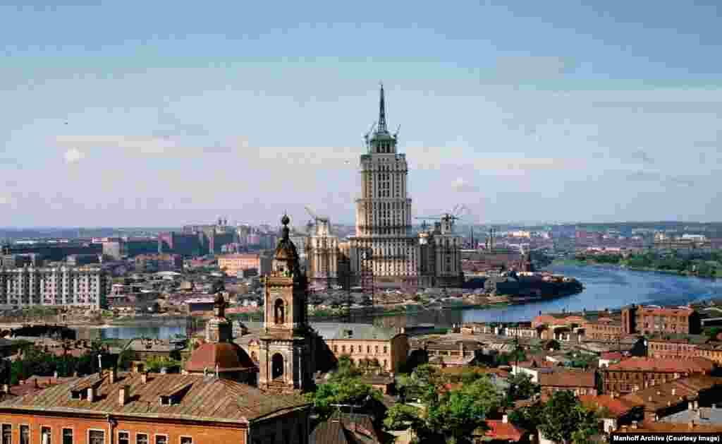 Гостиница «Украина» поднимается над послевоенной Москвой в начале 1950-х. Это здание – один из восьми небоскребов (об одной утерянной «сестре» – чуть ниже), запланированных к строительству с 1947 по 1950 год.