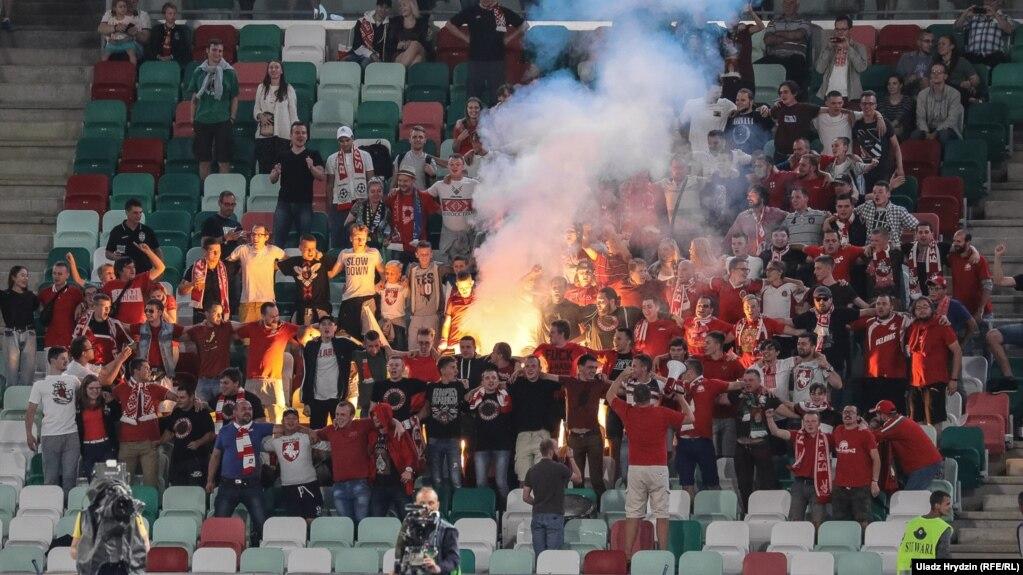 Беларускія футбольныя фанаты, архіўнае фота