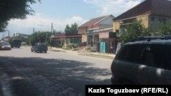 Шаңырақ ықшам ауданындағы көшелердің бірі. Алматы, 1 шілде 2017 жыл.