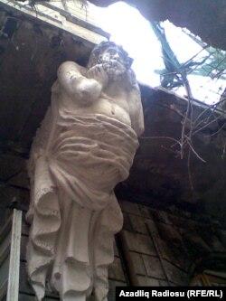 Ya 3 il əvvəl Y. Məmmədəliyev küçəsindəki yerlə yeksan edilən «Atlant»lı bina