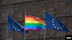 Брюсселдаги Европа Кенгаши биноси олдига ўрнатилган камалак тусли ЛГБТ байроғи.