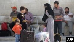 Сирияның Мадайя және Забадани қалаларынан әкетілген жаралы тұрғындар Идлиб провинциясына әкетілді. Сирия, 21 сәуір 2016 жыл.