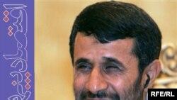 """Президент Ахмадинежад """"коррупцияга каршы күрөшүү"""" деген логонун алдында. 2007-жыл."""