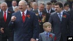 Բելառուսի նախագահը որդիների` Վիկտորի եւ Նիկոլայի հետ զորահանդեսի է մասնակցում Մինսկում, 9 մայիսի, 2011թ.