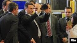"""Премиерот Никола Груевски, директорот Архивска фотографија: Агенцијата за индустриски зони Виктор Мизо и министерoт за странски инвестиции Виктор Мизо, на отворањето на нови производствени погони на Компанијата """"Џонсон Мети"""" во Бунарџик."""