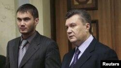 Виктор Янукович-младший (л) с отцом (п)