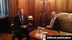 Главы МИД Армении и России, Зограб Мнацаканян (справа) и Сергей Лавров (архивная фотография)