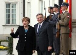 Німецька канцлер Анґела Меркель і польський президент Броніслав Коморовський під час консультацій у Варшаві, де, серед іншого, обговорювали війну на Донбасі та відносини з Росією, 27 квітня 2015 року
