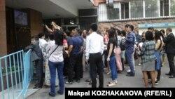 Люди рядом с пунктом сдачи ЕНТ. Алматы, 2 июня 2016 года.