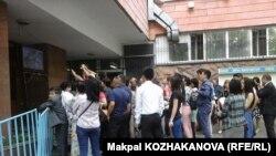 Выпускники и родители рядом с пунктом сдачи ЕНТ. 2 июня 2016 года.