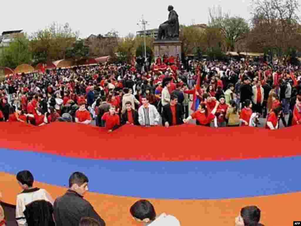 Armenia -- People carry a national banner during a procession in the center of Yerevan, 23Apr2007 - 23 квітня 2007, Єреван: тисячі вірменів вийшли на вулиці столиці, щоб відзначити вірменський геноцид 1915 року.