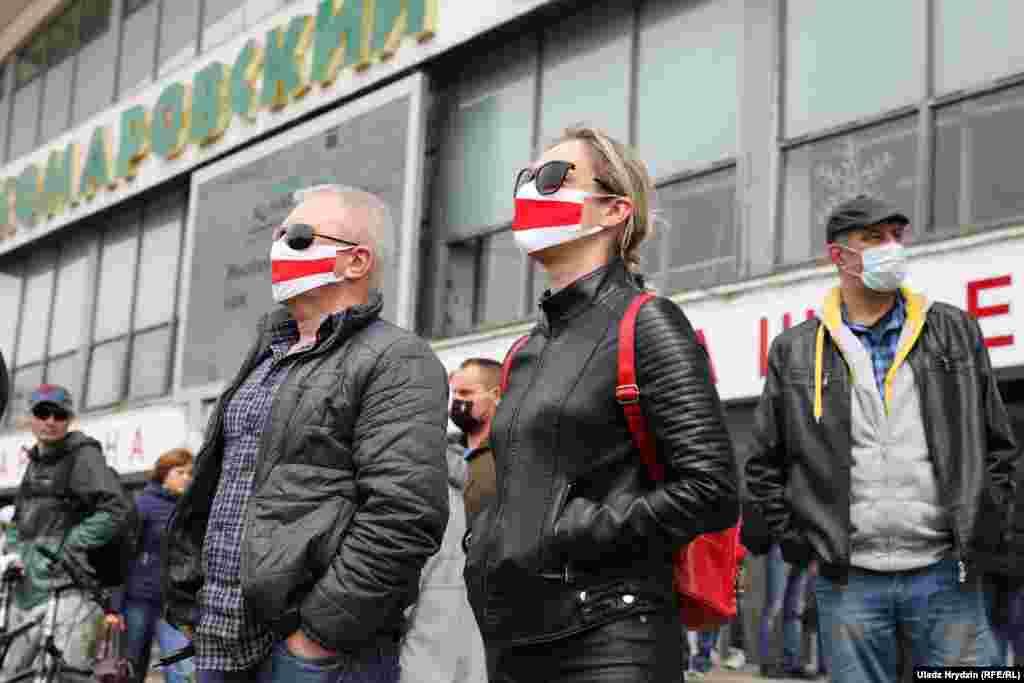 Многие из тех, кто появился 24 мая возле рынка в Минске, были в масках и придерживались безопасной физической дистанции. Лукашенко ранее назвал пандемию COVID-19 «психозом», несмотря на рост числа случаев заболеваний и смертей от коронавируса в Беларуси