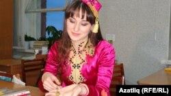 Регина Хаҗиева бүләкләрен күрсәтә