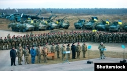 Petro Poroshenko hərbçilər qarşısında, arxiv fotosu