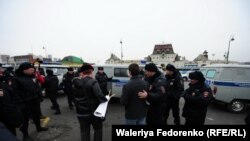 Протестующих задерживает полиция.