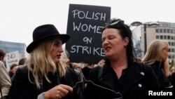 "Poljakinje tokom protesta ""Crni ponedeljak"" u oktobru prošle godine, kada su zahtevale da se povuče predlog potpune zabrane abortusa"