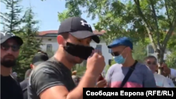 Един от кадрите, на които обвиняемият Денислав Станоев е бил идентифициран като маскирания мъж, атакувал журналисти от Свободна Европа