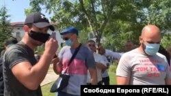 Мъжът с черната маска секунда преди за втори път да избие телефона от ръцете на Полина Паунова