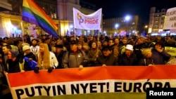 Участники акции протеста против визита президента России Владимира Путина в Венгрию. Будапешт, 16 февраля 2015 года.