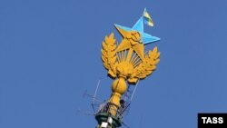 Радянська зірка перемальована в українські кольори та український прапор на будівлі сталінської висотки розташованої на Котельницькій набережній. Москва, 20 серпня 2014 року