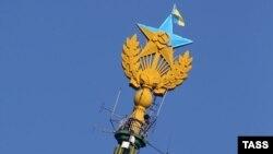 Звезда на московской высотке, раскрашенная в цвета украинского флага