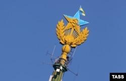 Зірка, розфарбована в кольори прапора України та прапор України, вивішений на житловому будинку на Котельнической набережній у Москві, 20 серпня 2014 року